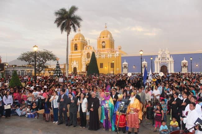 Arzobispo-clausuró-el-Festival-de-Luces-en-la-Plaza-de-Armas
