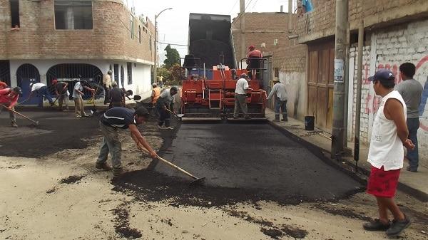 Asfaltan calles de Sector Los Jardines en Laredo