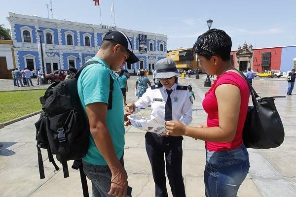 Edecanes brindan información al turista en Aeropuerto y Plaza de Armas