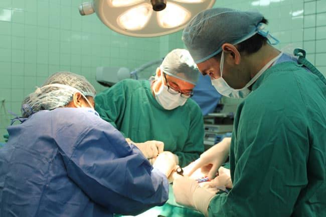 Colocandose-la-protesis-craneal-preformada