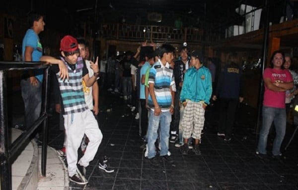 Intervienen a 500 menores en local por fiesta emo