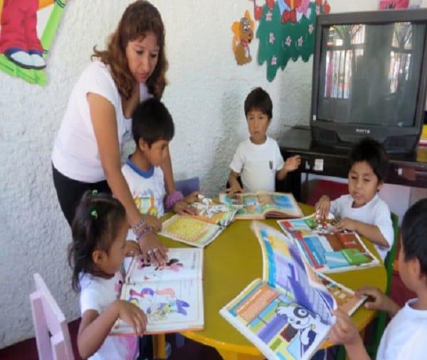 Motivan comprensión lectora de niños a través de cuentos y títeres