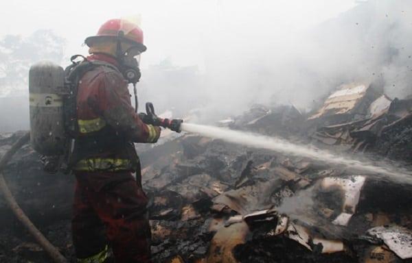 incendio deja en cenizas almacén de cartón