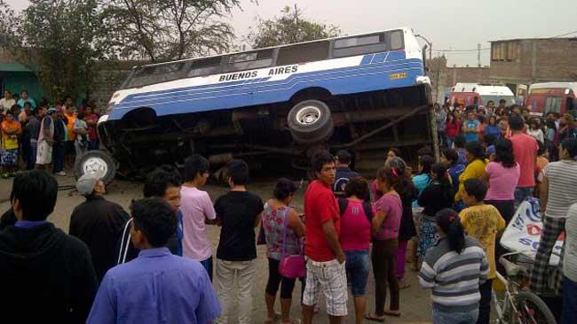 Un-muerto-y-18-heridos-tras-vuelco-de-microbús--en-Florencia-de-Mora