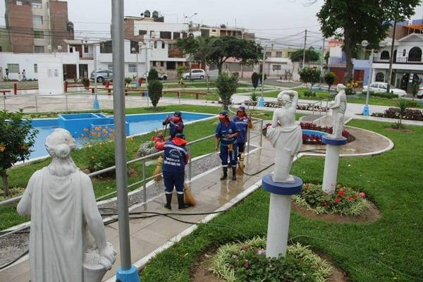Baldeo y limpieza general hubo en parques de tres urbanizaciones