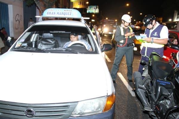 Intervienen paraderos informales y a conductores sin licencia y taxis piratas