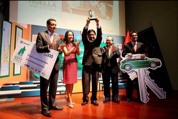 Primera Dama Nadine Heredia premió a ganador del concurso El maestro que deja huella