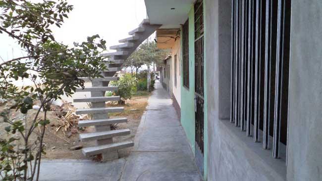 obre-vía-pública-construyen-escalera-para-segundo-piso-en--Miramar---Moche