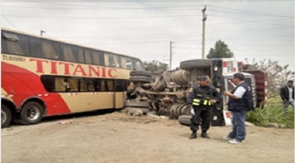 Terrible choque de ómnibus con tráiler en Sintuco