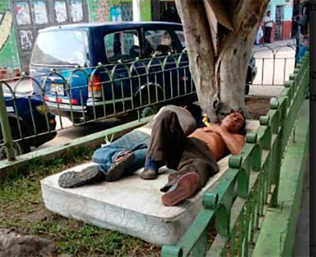 Intervienen a borrachos que instalaron un colchón para dormir en pleno parque
